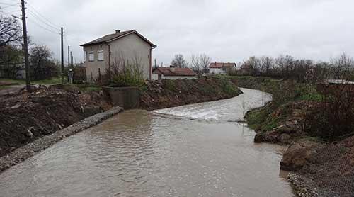 ABWENDEN VON ÜBERSCHWEMMUNGEN AUF DAS FLUSSBETT VON DEM TOPOLNITSA FLUSS Lesichovo Gemeinde